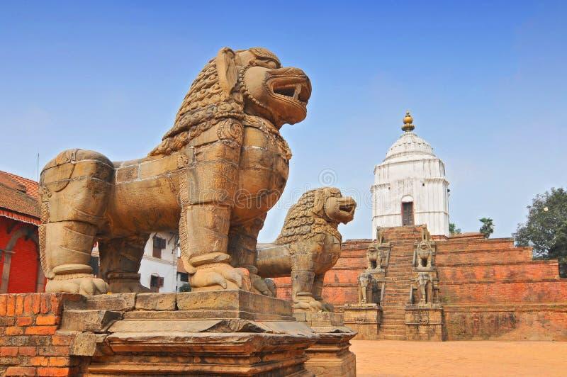 尼泊尔巴克塔布尔Durbar广场以东的石狮 库存照片