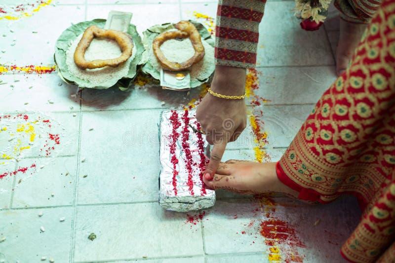 尼泊尔进行婚礼仪式的新娘和新郎在婚姻 图库摄影