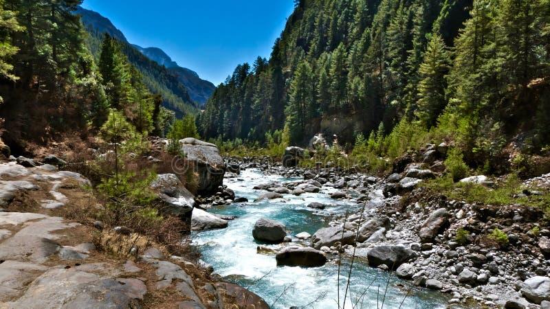 尼泊尔,令人惊讶的自然和听河是寒冷的感觉 库存图片