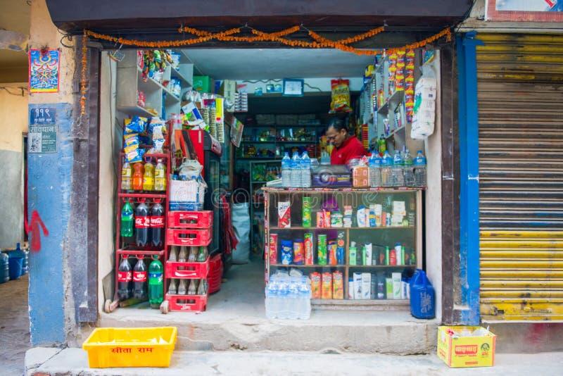 尼泊尔- 2017年1月4日: :出售的消费品在商店 图库摄影