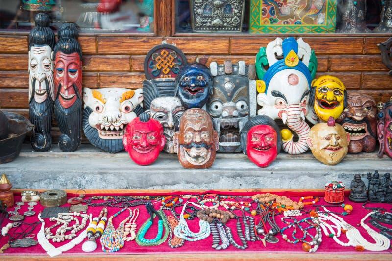 尼泊尔- 2016年12月23日: :出售的面具恶魔在纪念品店 免版税库存照片