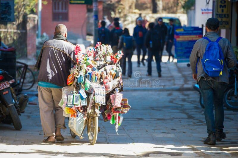 尼泊尔- 2017年1月3日: :在Th的尼泊尔商人出售设备 免版税库存照片