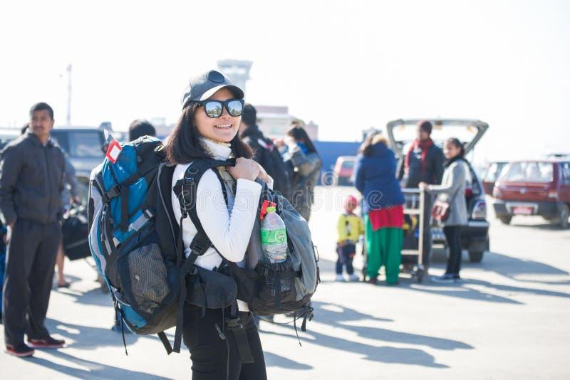 尼泊尔- 2017年1月3日: :妇女背包徒步旅行者运载她的背包在 库存图片