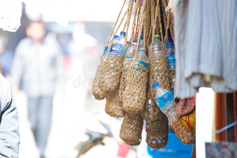 尼泊尔- 2017年1月3日: :由s做的手工制造水瓶袋子 库存图片
