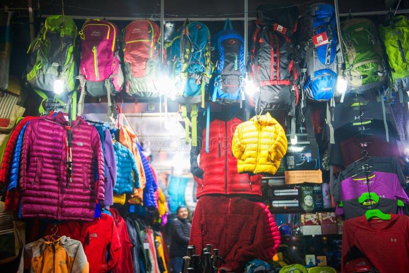 尼泊尔- 2017年1月3日: :迁徙的商店的设备Pokhar的 免版税库存照片
