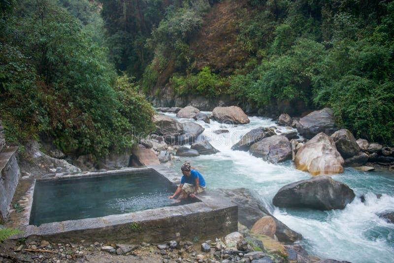 尼泊尔- 2017年1月2日: :Jhinu温泉尼泊尔 免版税图库摄影
