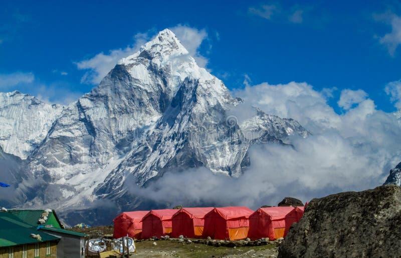 尼泊尔EBC迁徙的路线的山村 库存图片