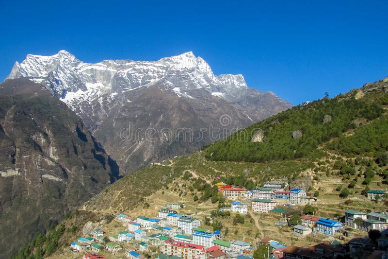 尼泊尔EBC迁徙的路线的山村 免版税图库摄影