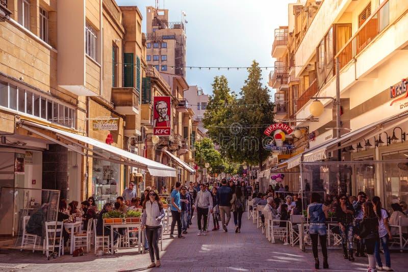 尼科西亚- 4月13 :走在2015年4月13日的Ledra街道上的人们在尼科西亚,塞浦路斯 它is is一个主要购物通途我 免版税库存图片