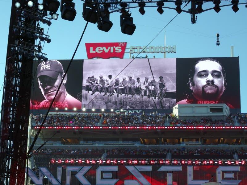 索尼HDTV大屏幕记分牌显示约翰・希南电视节目预告的夹子  图库摄影