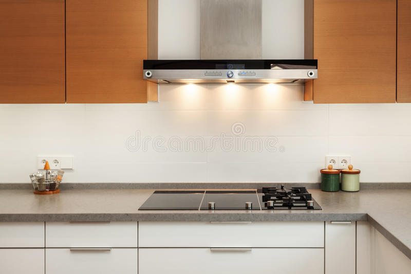 尾气敞篷和陶瓷烹调板材特写镜头在新的现代厨房里 免版税库存照片