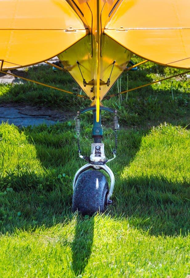 尾轮和水平平衡器,背面图,单引擎推进器飞机 免版税图库摄影