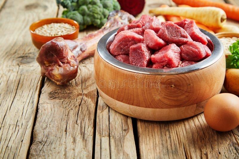 尾随碗充满未加工的牛肉大块  免版税图库摄影