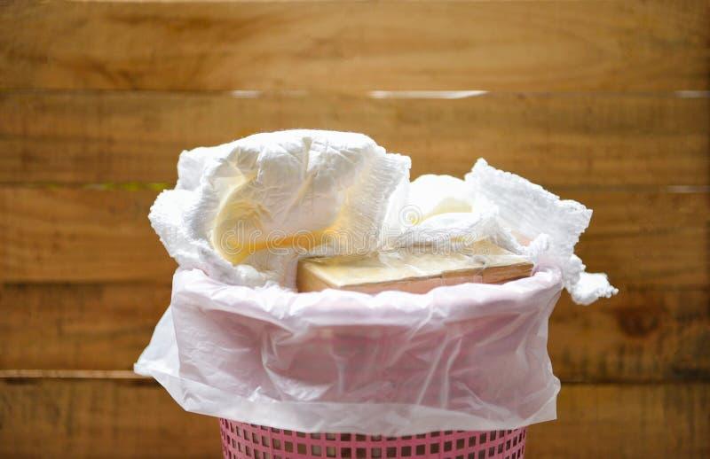尿布浪费-在处理使用的婴孩尿布的垃圾桶的肮脏的尿布 免版税库存照片