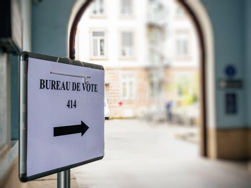 局de vote在合并地方旁边签到法国城市 库存照片