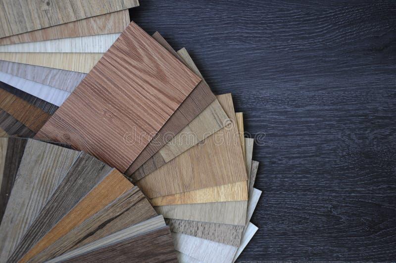 层压制品和乙烯基在木背景wo的地垫样品  免版税库存图片