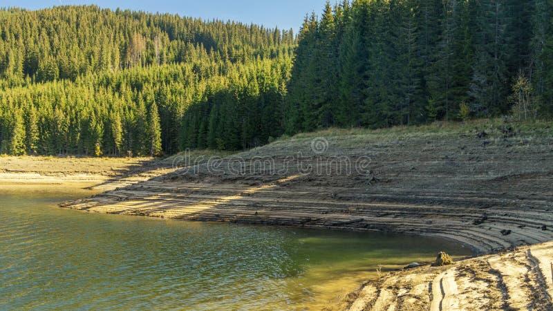 层状湖岸 库存图片