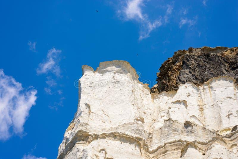 层状灰储蓄岩层, Melos,希腊 免版税库存图片