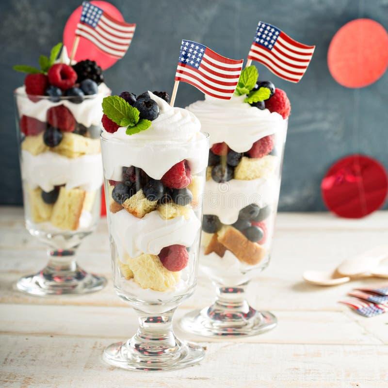 层状点心冷甜点用甜面包和莓果 免版税库存图片