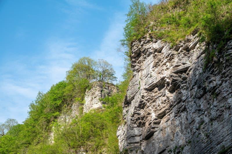 层状石头岩石由太阳照亮 库存图片