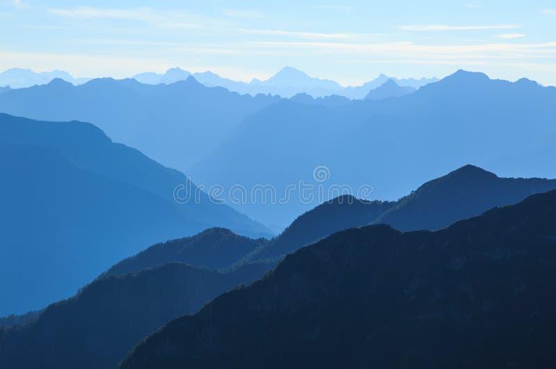 层状蓝色提契诺州山 库存图片