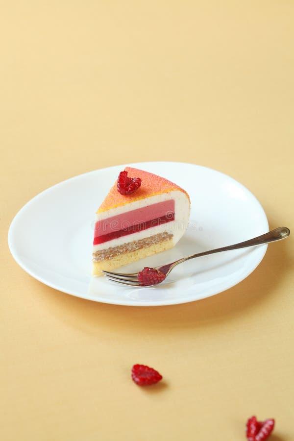 层状香草,莓,桃子奶油甜点蛋糕片断, 免版税库存照片