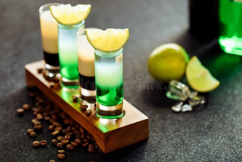 层状鸡尾酒饮料射击B52绿色墨西哥集合 免版税库存照片