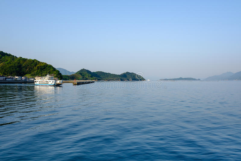 居住在内地海的口岸在广岛附近的小船 免版税库存图片