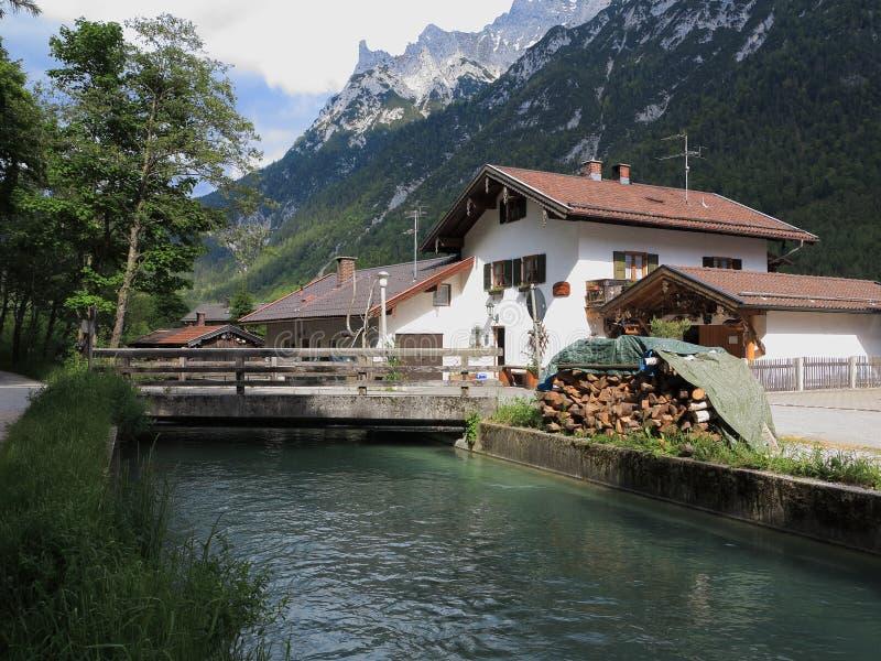 居住在山-阿尔卑斯风景 免版税库存照片