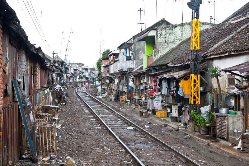居住在贫民窟,印度尼西亚的未认出的可怜的人民。 免版税图库摄影