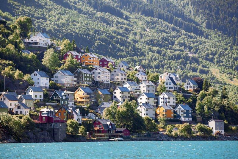 居住的五颜六色的木房子在挪威海湾,奥达附近的山坡镇,霍达兰县,挪威 库存照片