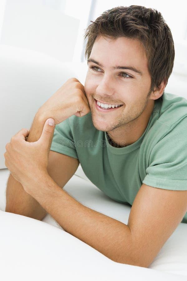 居住的位于的男盥洗室微笑 免版税库存图片