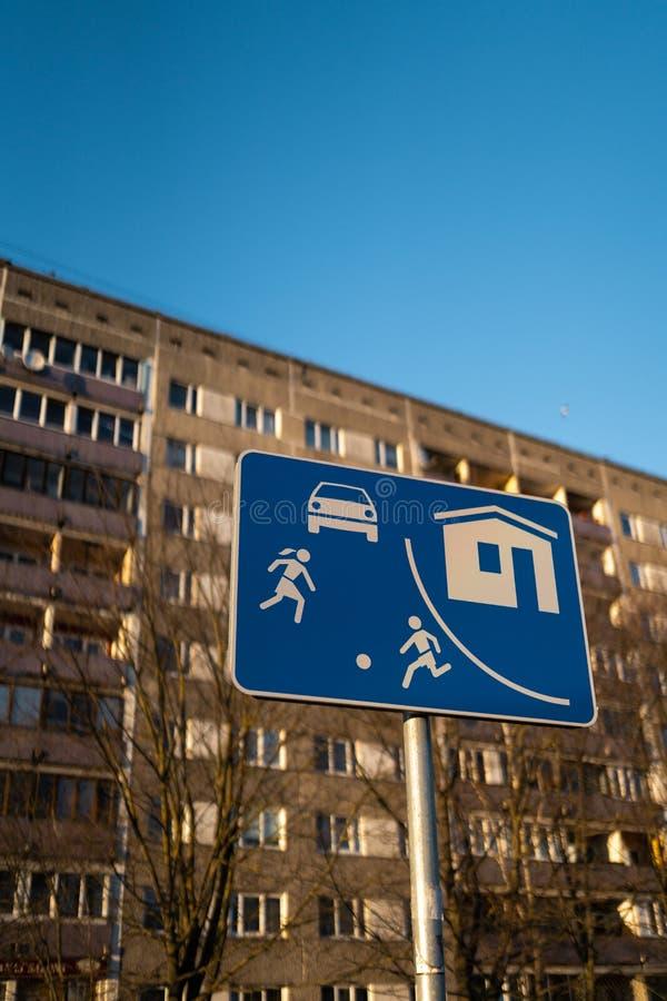 居住的区段欧洲路标在里加,有一个典型的苏联公寓单元的拉脱维亚房屋建设在背景中 库存图片