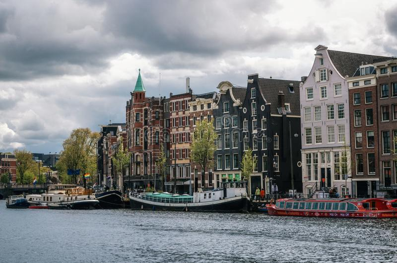 居住船和荷兰建筑学在阿姆斯特丹 免版税库存照片