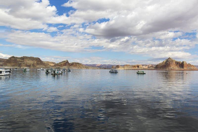 居住船在湖鲍威尔-亚利桑那/犹他的一秋天天 库存图片