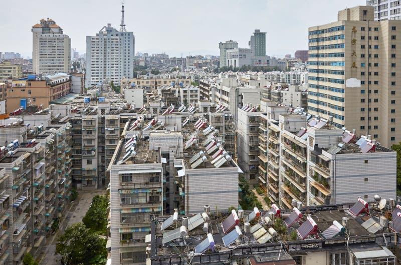 居民住房屋顶的太阳能加热设施在街市昆明 免版税库存图片