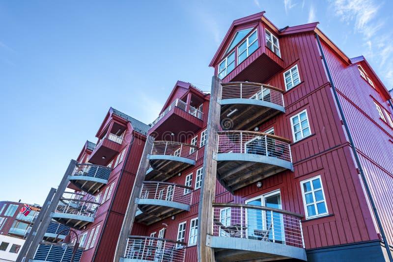 居民住房,例如现代北欧建筑学在斯沃尔韦尔镇的中心,罗弗敦群岛的首都 图库摄影