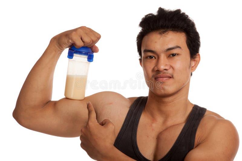 屈曲与乳清蛋白的肌肉亚裔人二头肌震动 库存图片