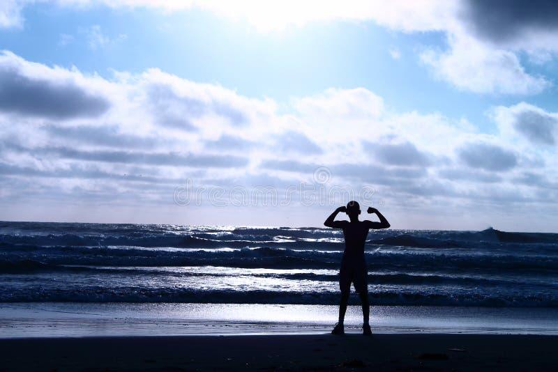屈曲在海滩 免版税库存照片