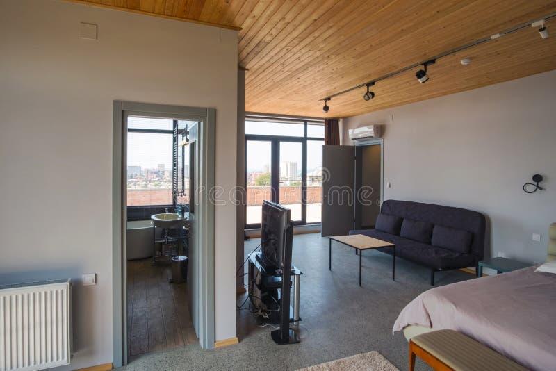 屋子的内部有木天花板的 库存图片