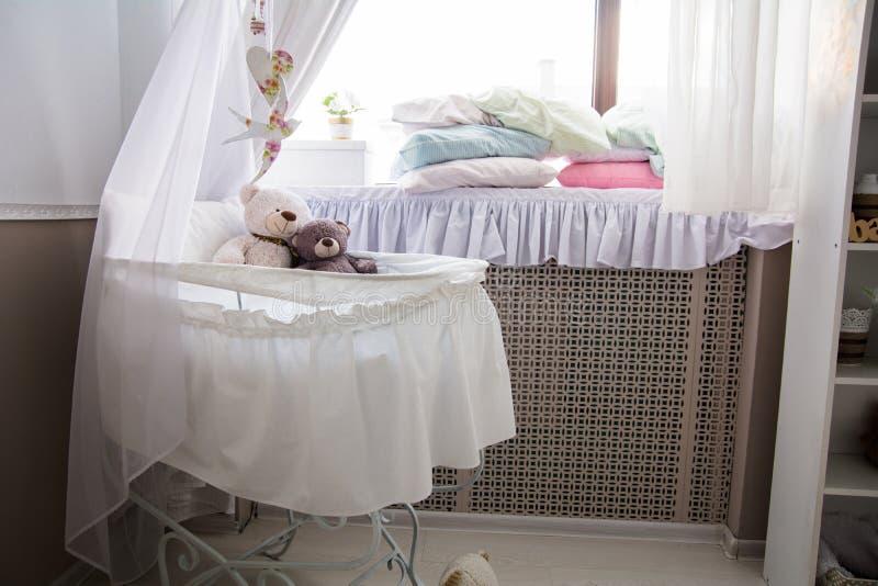 屋子的内部有轻便小床和窗口的 免版税库存照片