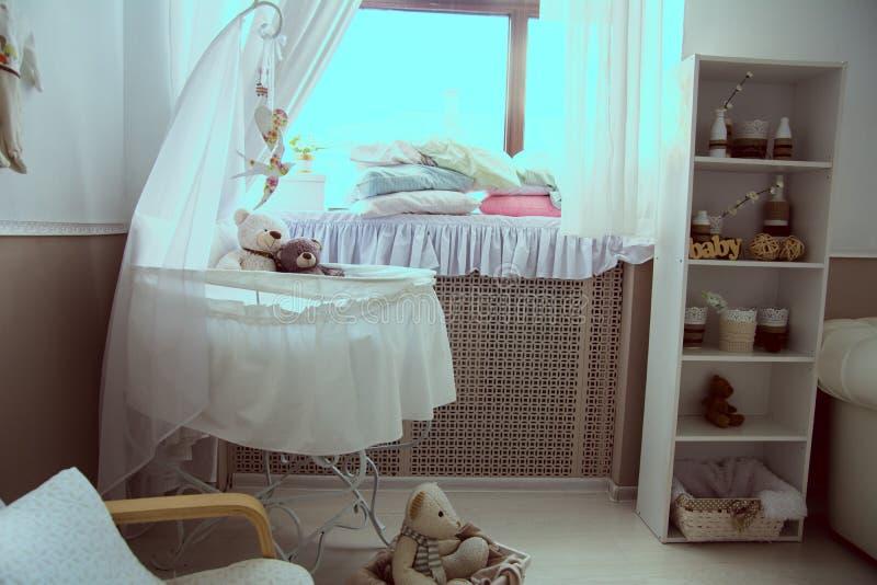 屋子的内部有轻便小床和窗口的 库存图片