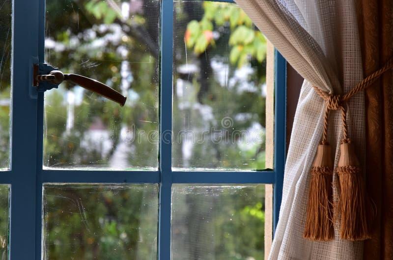 从屋子的窗口看的绿色风景 库存图片
