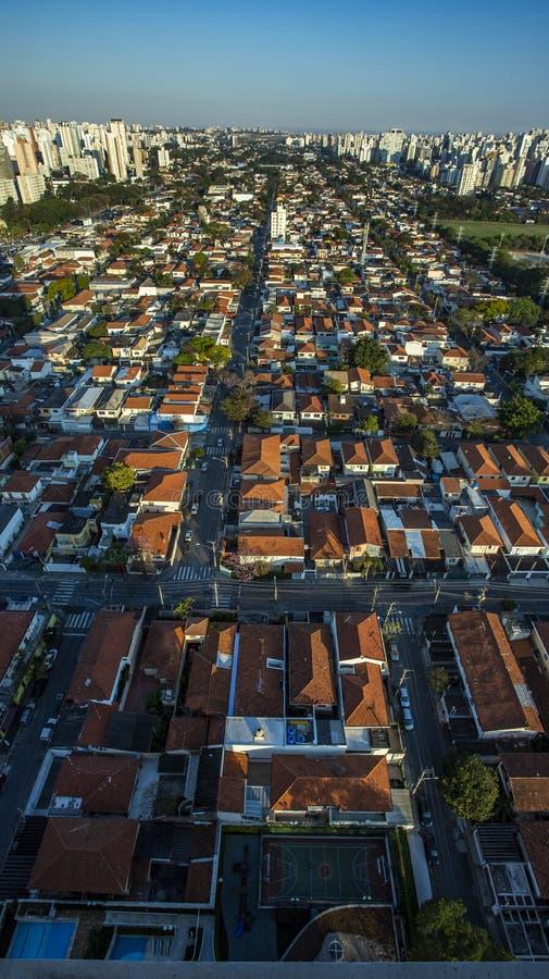 屋顶与房子不同 免版税库存照片