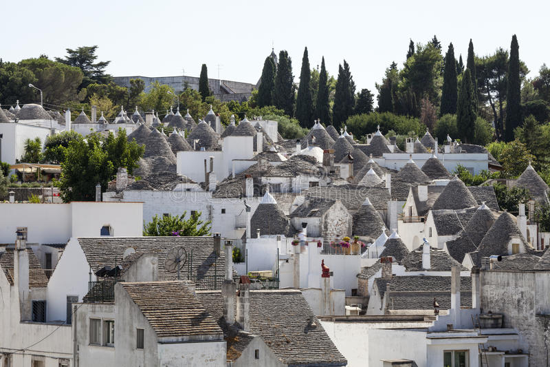 屋顶向阿尔贝罗贝洛扔石头trulli  普利亚,南意大利 免版税库存图片