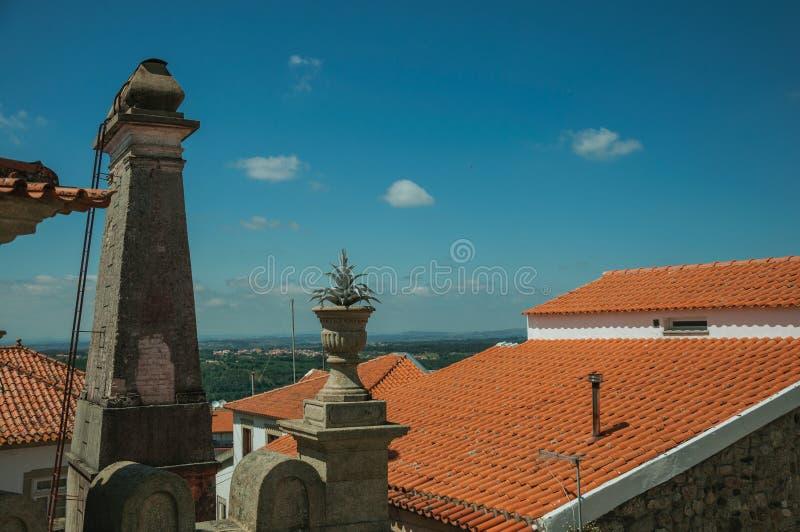屋顶和烟囱有乡下风景的 图库摄影
