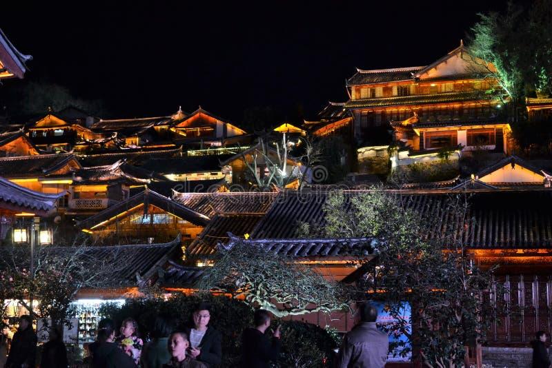 屋顶在晚上冠上在丽江,云南,有传统中国建筑学的中国老镇  库存图片