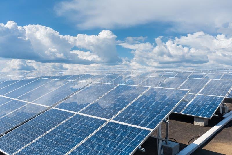屋顶太阳电池板被反射的蓝天 库存照片