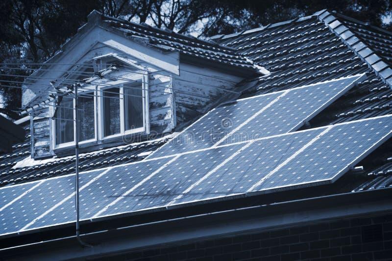 屋顶太阳电池板 库存图片