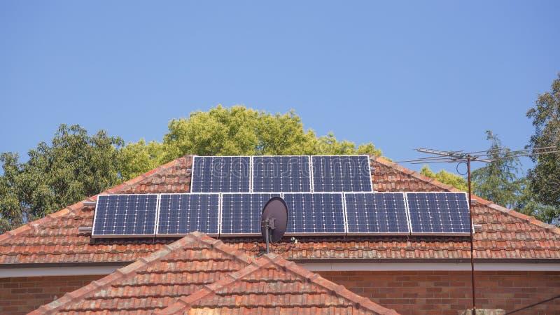 屋顶太阳电池板 免版税图库摄影
